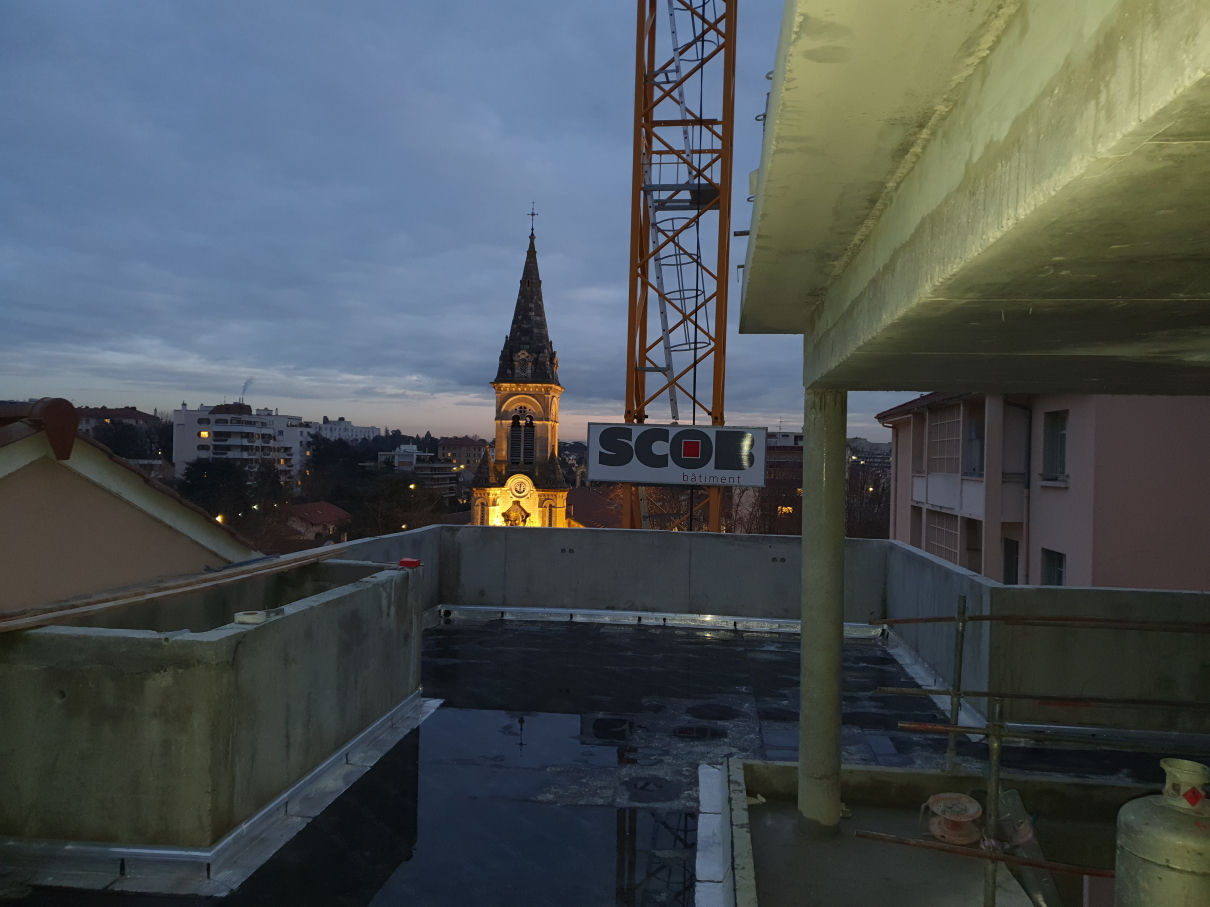 katalyse-coworking en travaux nuit tombante sur église Montchat